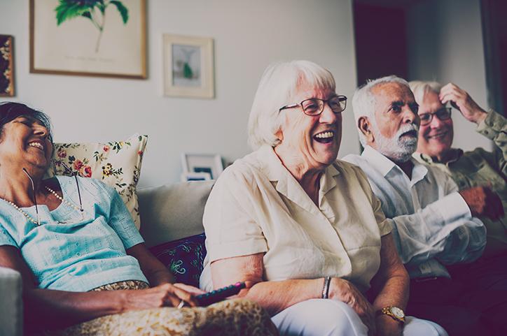 äldreboende ser på tv, gemensamt utrymme