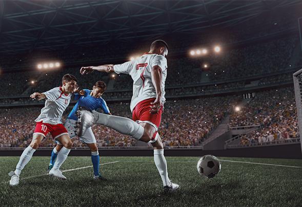 fotbollsmatch på arena, spelare sparkar fotboll, tv-sänd sport
