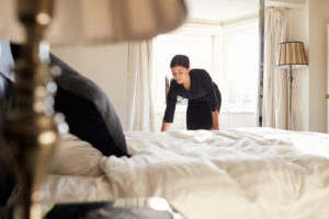 husfru bäddar hotellsäng, housekeeping