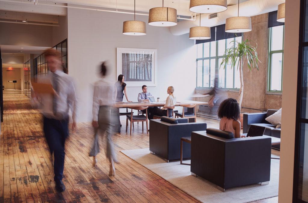 kontorsvy, lobby med människor på företag